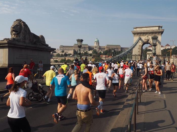 hardlopen over brug budapest
