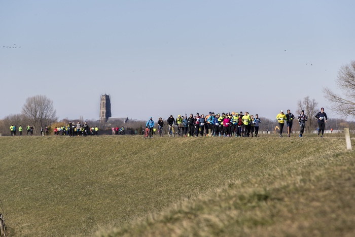 Two Rivers Marathon over dijk