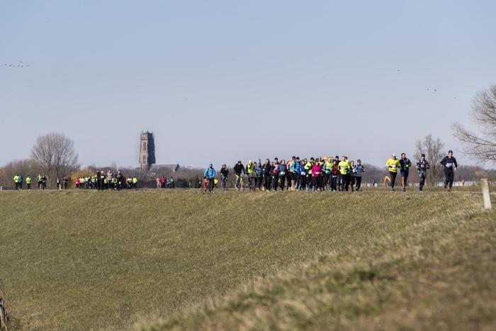 Two Rivers Marathon over dijk