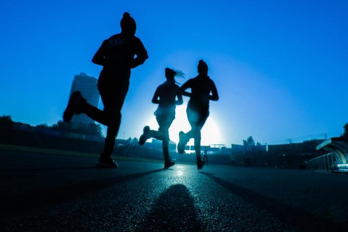 3 runners hardlopen in het donker